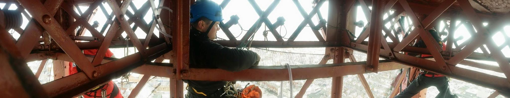 level 3 supervisor looks on as his level 1 rope access technicians set up rope access equipment